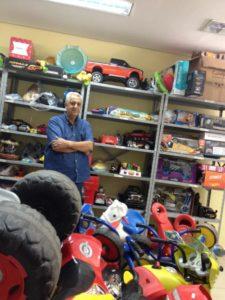 Valdemar rodeado de brinquedos em sua assistência técnica